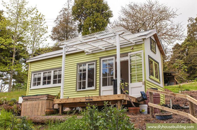 Căn nhà nhỏ nổi bật với rất nhiều ô cửa kính đón ánh sáng.