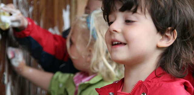 Phụ huynh Đức không ép con cái học từ quá sớm và trường học cũng vậy, trẻ em được thoải mái chơi đùa mà không phải lo học tập từ sớm như các quốc gia khác.