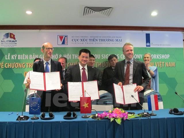 Cục Xúc tiến thương mại, CBI và Dự án Eu-MUTRAP đã ký Biên bản ghi nhớ về việc hợp tác thực hiện Chương trình xây dựng Chiến lược thương hiệu ngành thực phẩm Việt Nam. (Ảnh: Đức Duy/Vietnam+)