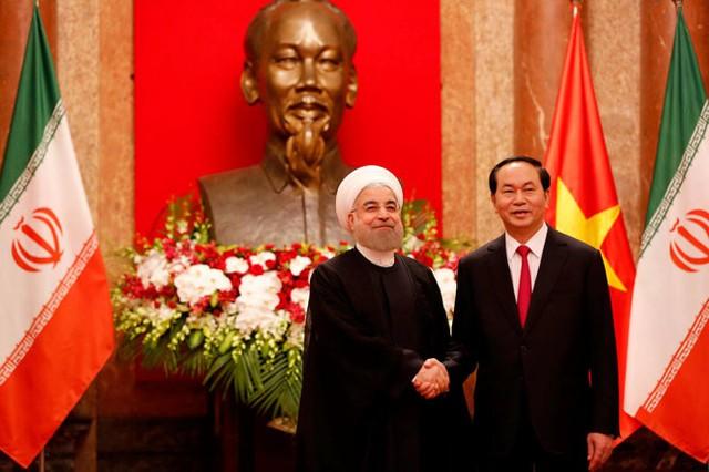 Chủ tịch nước Trần Đại Quang bắt tay với Tổng thống Hassan Rouhani trước khi bước vào phòng hội đàm sáng 6-10 tại Phủ Chủ tịch - Ảnh: VIỆT DŨNG