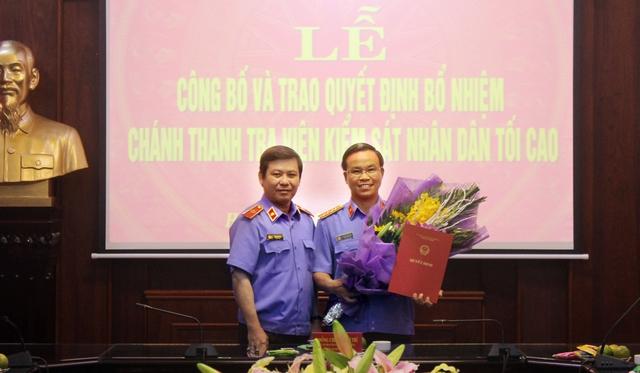 Ủy viên Trung ương Đảng, Viện trưởng Viện kiểm sát nhân dân tối cao Lê Minh Trí trao Quyết định cho ông Phan Văn Tâm. Ảnh VKSNDTC