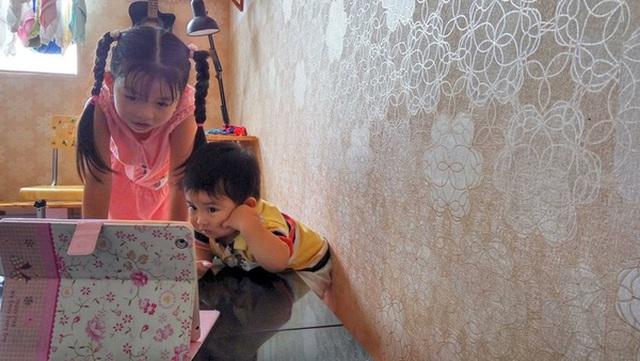Để con luôn hào hứng với việc học và tìm hiểu những điều mới mẹ, mẹ Nhã Uyên để con trải nghiệm việc học qua các trò chơi, ứng dụng hoặc các bài hát. (Ảnh: NVCC)