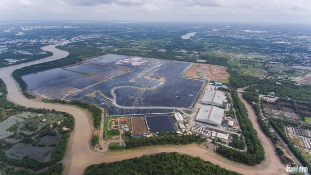 Toàn cảnh bãi rác Đa Phước ở huyện Bình Chánh, TP.HCM. Bao quanh bãi rác này là hệ thống kênh rạch dày đặc - Ảnh: THUẬN THẮNG