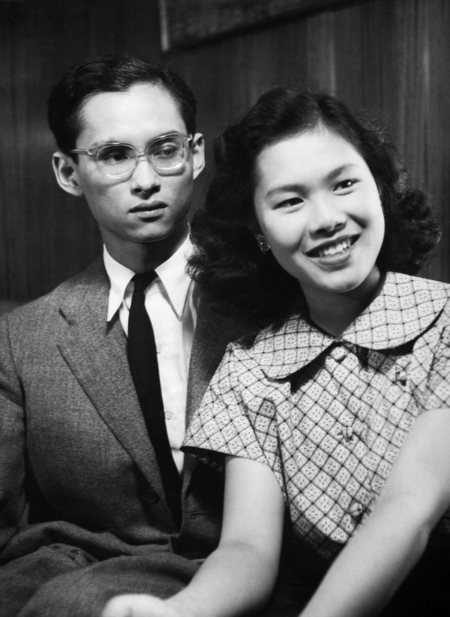 Vị vua năm 21 tuổi cùng với người vợ tương lai.