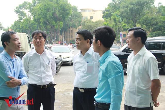 Chủ tịch UBND TP Hà Nội Nguyễn Đức Chung trao đổi thêm với đại diện chủ đầu tư về mẫu nhà vệ sinh mới