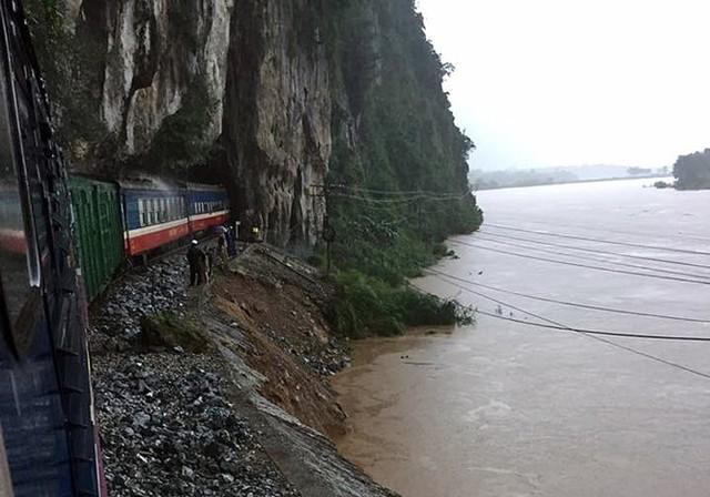 Nhiều vị trí đường sắt đi ven sông Gianh (Quảng Bình) bị xói lở ảnh hưởng đến an toàn chạy tàu - Ảnh: Đường sắt VN