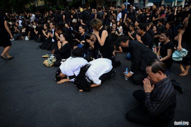 Người Thái bày tỏ lòng tôn kính và tiếc thương đối với nhà vua ngày 15-10 - Ảnh: THUẬN THẮNG