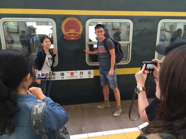 Chụp hình cùng tàu liên vận Trung – Triều - Ảnh: THÁI LỘC