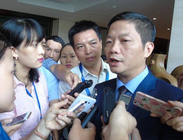 Bộ trưởng Công Thương Trần Tuấn Anh trả lời phỏng vấn bên hành lang Quốc hội - Ảnh Văn Duẩn