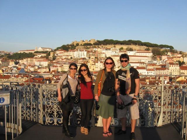 Hương và các bạn trong khóa học nhiếp ảnh tại Lisbon, Bồ Đào Nha. Ảnh: NVCC