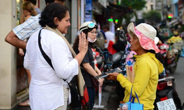 Nhiều du khách quốc tế cảm giác rất phiền lòng khi bị người bán hàng rong chèo kéo ép mua hàng - Ảnh tư liệu TT