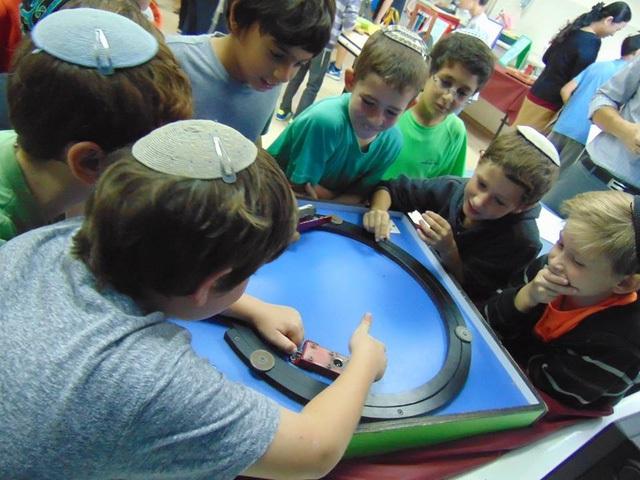 Những học sinh tại trường Tiểu học cuả Jerusalem (Israel) hào hứng trong giờ học. Ảnh: Thu Hà.