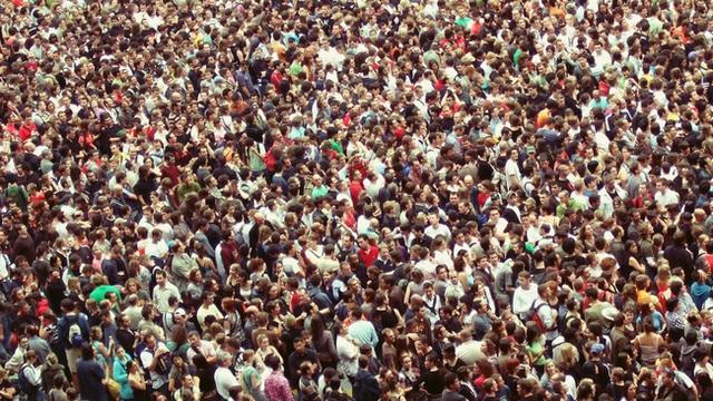 Bùng nổ dân số trở thành một trong những vấn nạn mà loài người cần đối phó.