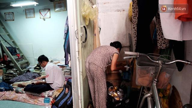 Căn phòng trọ ọp ẹp chất đầy phế liệu của mẹ con cô Hà. Dù vậy căn phòng vẫn được cô Hà dành riêng một góc để Duy để sách vỡ và những bằng khen của em.