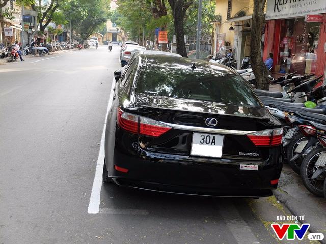 Các cơ quan chức năng vạch kẻ sơn để giúp các lái xe đỗ ô tô đúng vị trí quy định