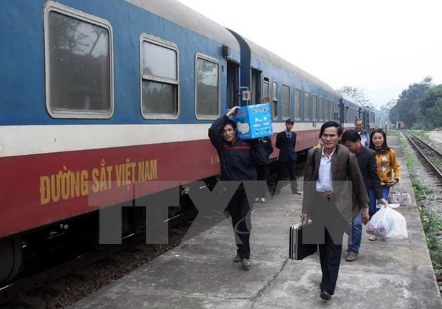 Sản lượng của vận tải hành khách có xu hướng giảm đi ngay cả những cự ly ưu việt của đường sắt. (Ảnh: TTXVN)