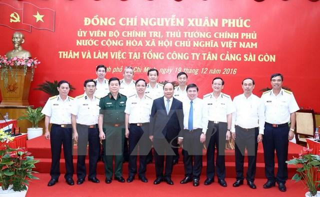 Thủ tướng Nguyễn Xuân Phúc với cán bộ Tổng Công ty Tân Cảng Sài Gòn. (Ảnh: Thống Nhất/TTXVN)