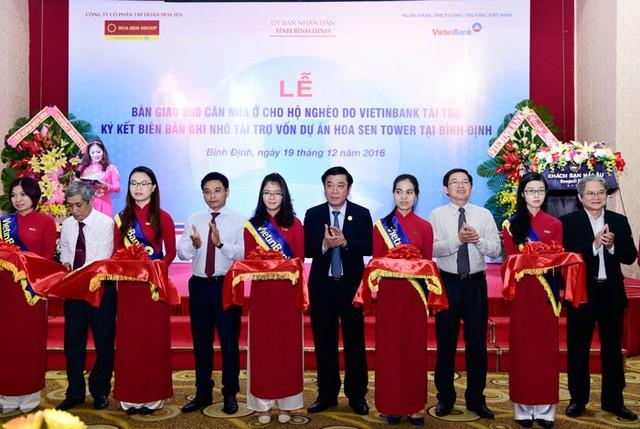 Chủ tịch HĐQT VietinBank (thứ 2 từ trái qua) trao biển tài trợ 15 tỷ đồng thực hiện công tác ASXH năm 2017 cho tỉnh Bình Định.