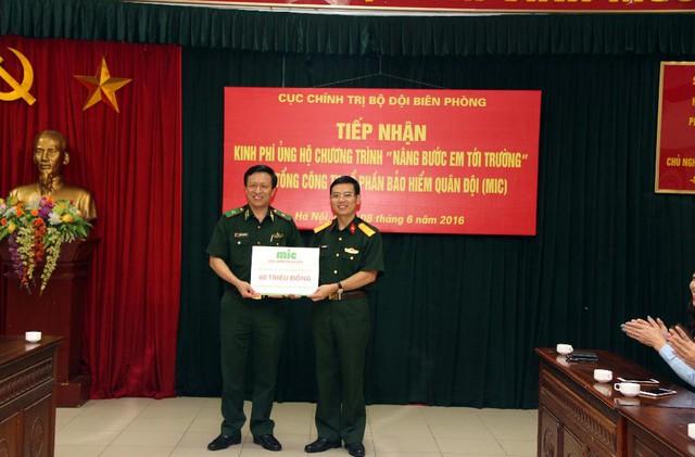 """Thượng tá Nguyễn Quang Hiện – Tổng Giám đốc MIC trao 60 triệu đồng ủng hộ chương trình """"Nâng bước em đến trường"""" thông qua BTL Bộ đội Biên phòng."""