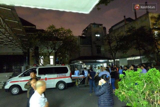 Tối 25/12, sau khi mổ pháp y người thân đưa thi thể các nạn nhân về mai táng.