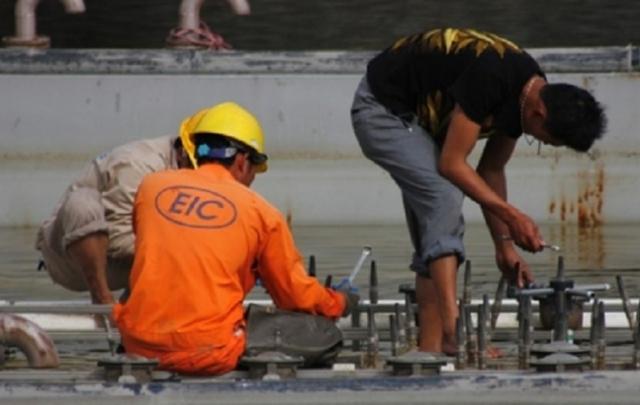 Công nhân đang tiến hành tháo dỡ các hạng mục của công trình nhạc nước.