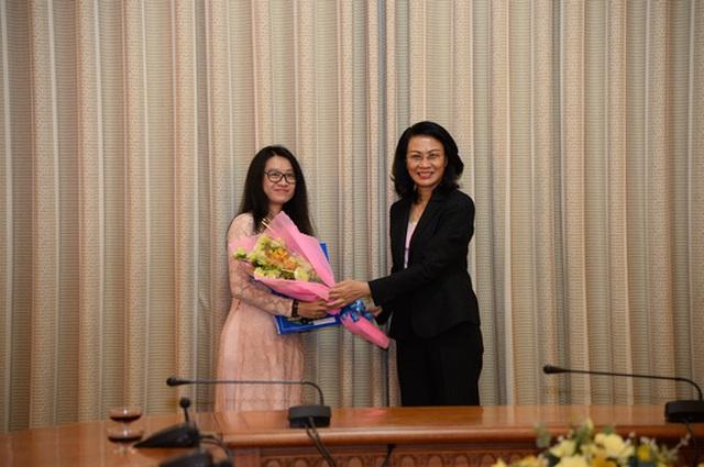 Phó Chủ tịch UBND TP HCM Nguyễn Thị Thu trao quyết định cho bà Diệp Bửu Chi