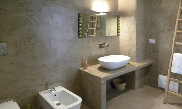 Khu vệ sinh cũng được thiết kế đơn giản với gam màu trung tính đồng nhất với tông màu của ngôi nhà.