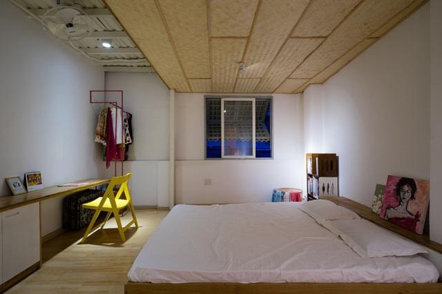 Toàn bộ khu vực sàn nhà được ốp gỗ sáng màu.