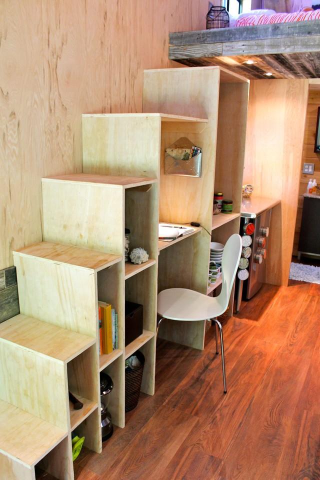 Không gian tuy rất nhỏ nhưng nhờ cách bố trí hợp lý, sử dụng đồ nội thất khoa học mà ngôi nhà không thiếu khu vực chức năng nào.