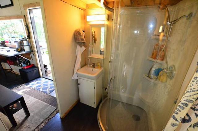 Khu vệ sinh thoáng sáng được đặt khéo léo, kín đáo cạnh phòng khách.