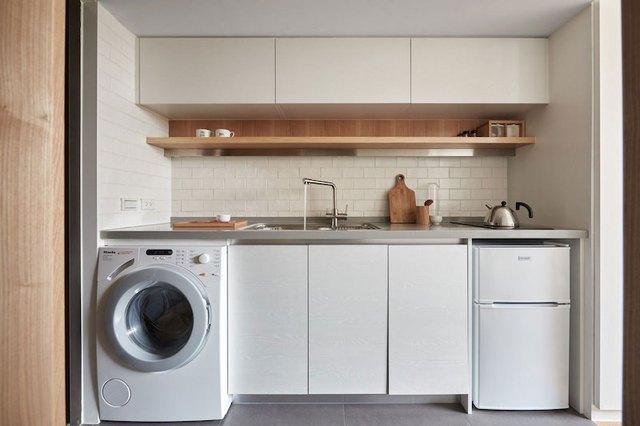 Hệ thống tủ kệ trong bếp được thiết kế kín khiến không gian nơi góc nhỏ này trở nên gọn gàng mà không hề bị rối mắt.