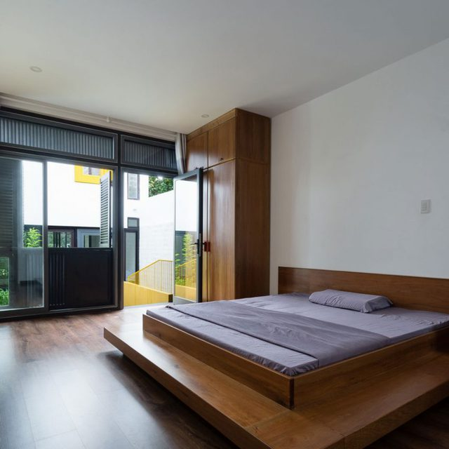 Phòng ngủ được bài trí giản dị tràn ngập ánh sáng và cây xanh.