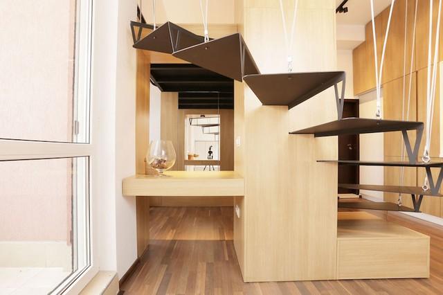 Nội thất ngôi nhà phần lớn là gỗ sáng màu tạo không gian ấm cúng và thoáng sáng.