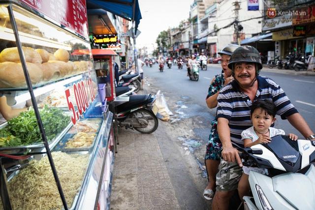 Anh Kiệt, vị khách đã bị mê hoặc bởi bánh mì rẻ nhất Sài Gòn nhưng rất ngon miệng.