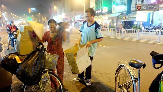 Hai mẹ con tranh thủ nhặt ve chai trên đường đi học về.