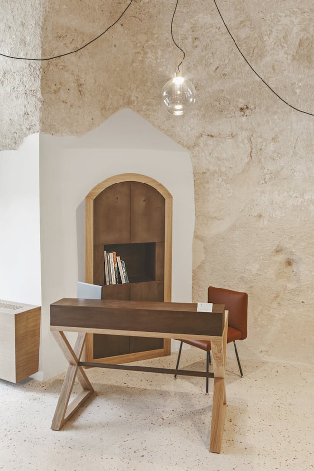 Ngoài ra, loạt đèn vàng cùng đồ nội thất màu nâu lại gợi cảm giác ấm cúng mà không kém phần hiện đại.