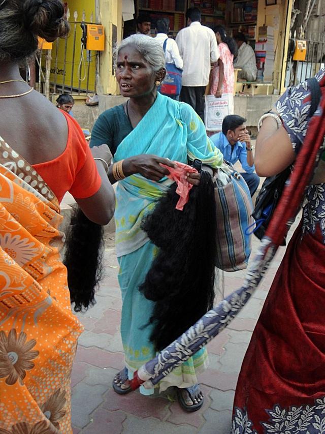 Những người phụ nữ đang rao bán tóc tại Ấn Độ.