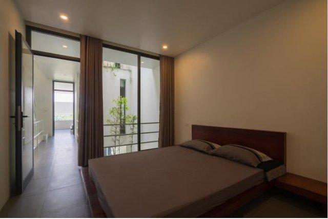 Không gian các phòng ngập tràn ánh sáng và cây xanh. Nằm trong phòng ngủ chủ nhà cũng có thể nhìn thấy và cảm nhận những giọt nước mưa đang rơi tí tách bên giường.