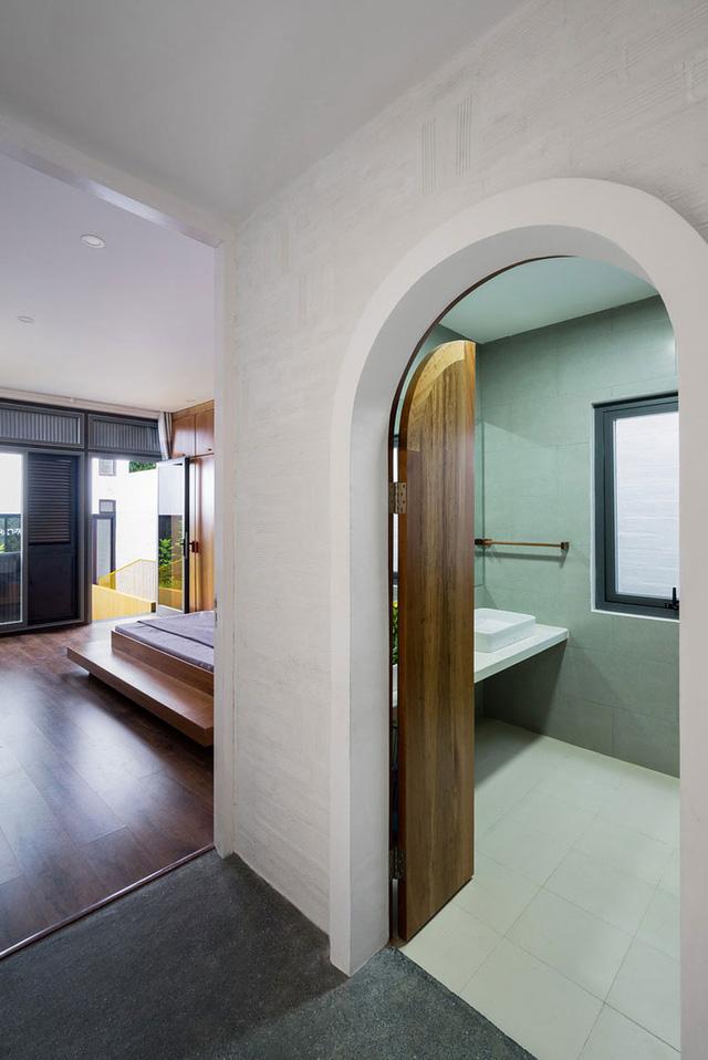 Giữa hai phòng ngủ có một nhà vệ sinh chung với cửa vòm vô cùng bắt mắt.