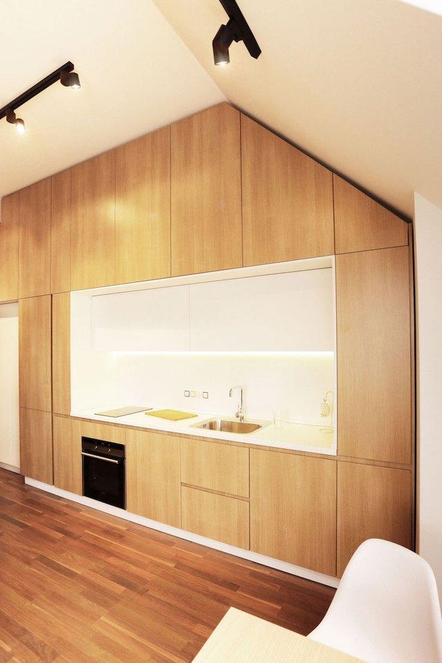 Khu bếp ăn được thiết kế nhỏ nhắn với toàn bộ hệ thống tủ kệ khép kín.