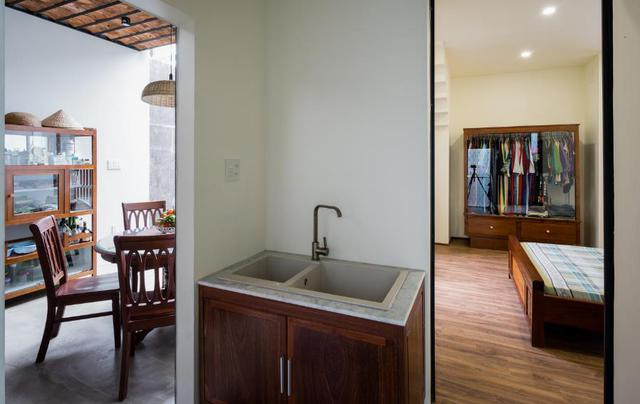 Ngay bên trong là phòng ngủ thoáng sáng với nền nhà được ốp gỗ.