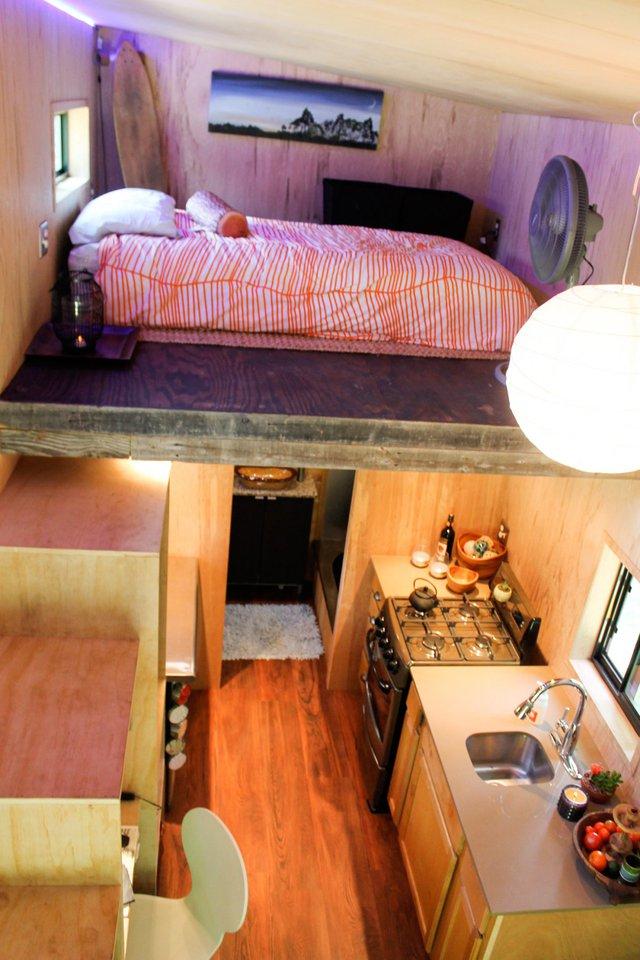 Khu vực nghỉ ngơi tràn ngập ánh sáng được chủ nhà đưa lên gác xép với lối lên là một cầu thang gỗ.