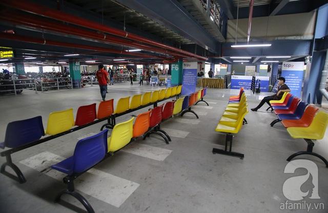 Dười tầng trệt lắp ghế nhựa, có sảnh cho khách ngồi chờ và cả nước uống miễn phí.
