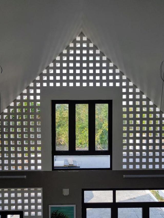 Cửa kính và gạch thông gió giúp tạo nên hiệu ứng ánh sáng đẹp cho ngôi nhà.