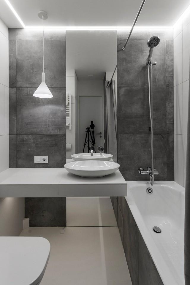 Phòng tắm nhỏ được trang bị hiện đại. Dù diện tích hạn chế nhưng chủ nhà còn bố trí cả bồn tắm để thỏa mãn nhu cầu thư giãn.