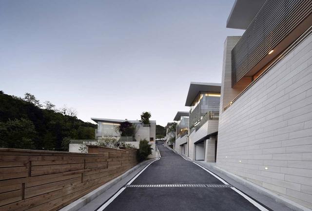 Những căn biệt thự này được thiết kế dựa lưng vào núi và mỗi căn có diện tích 278m2.
