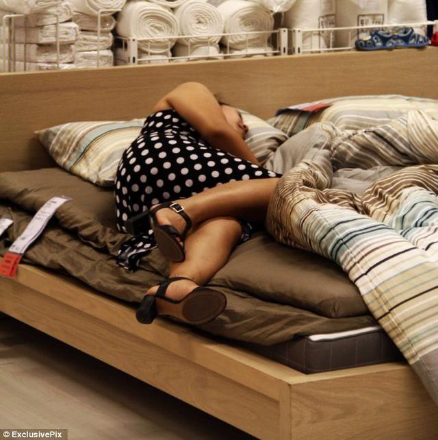 Người đẹp cũng bất kể người qua lại trong siêu thị Ikea ở Bắc Kinh. Ảnh: Daily Mail