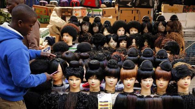 Một cửa hàng bán tóc giả tại châu Phi.