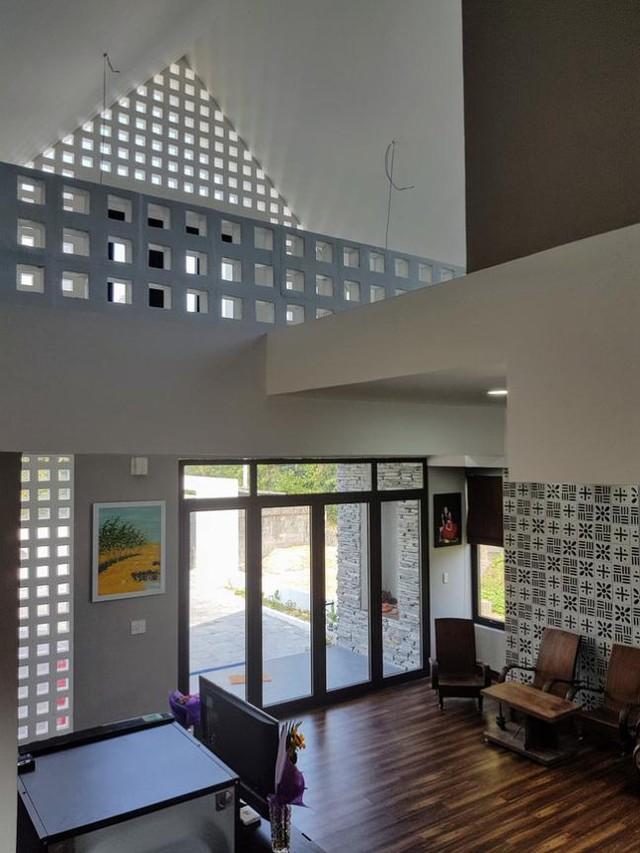 Chất liệu gạch thông gió giúp ngôi nhà vừa đẹp, vừa ngập tràn ánh sáng.