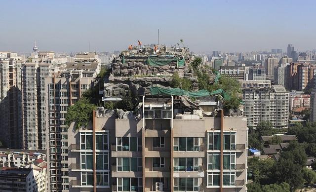 """Khu chung cư 26 tầng này có cả một """"khu rừng"""" bên trên. Một căn biệt thự bao quanh bởi đá và cây xanh được xây dựng ngay bên trên khu chung cư ở Bắc Kinh này."""